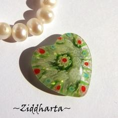Millefiori glaspärla: Hänge -Lindblomsgrönt Hjärta - Halvborrad #37
