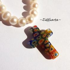 Millefiori glaspärla: Hänge - Regnbågsfärger KORS - Halvborrad #17