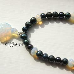L4:112 Opalite-serien - Black TURTLE - OOAK Sköldpadda Svarta Sötvattenspärlor och vackert hänge och facetterade rondeller - made by Ziddharta - unikt smycke och enda i sitt slag!