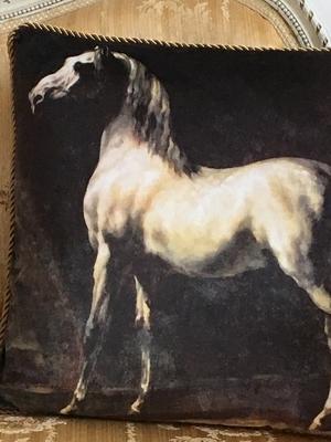 KUDDE - WHITE HORSE