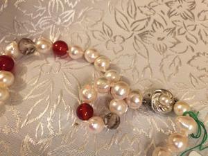 Halsband med äkta odlade pärlor,karneoler och röktopas.