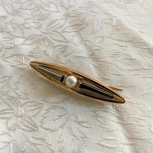 Brosch i 18 K guld och vitguld med odlad pärla. 1963