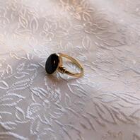 Herr klackring i 18 karat guld med svart onyx..Storlek: 18.1947