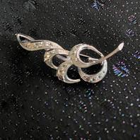 Silverbrosch  med spineller. Rodinerat silver.