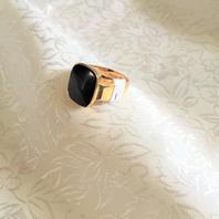 Herr klackring i 18 karat guld med svart onyx..Storlek: 18, 5,3 gram