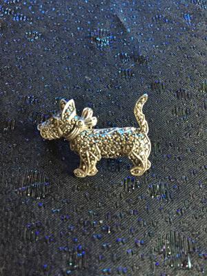 Brosch i silver med markasiter. Hund. Terrier
