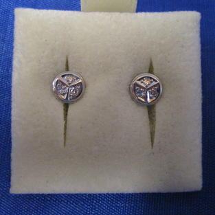 Vitguldsörhängen med 6 st briljanter. Totalt 0,12c