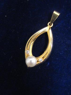 Stilrent hängsmycke med äkta odlad pärla och briljanter från 1980.