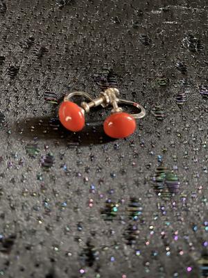 Örhängen i äkta silver med skruv.Röd-orange sten  från -50talet.
