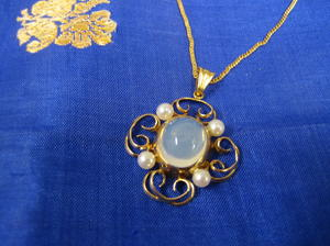 Hängsmycke i guld med odlade pärlor och månsten
