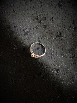Ring  i äkta silver med vit safir.  Storlek: 18. 1970talet
