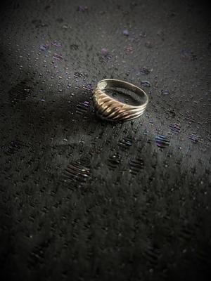 Ring i äkta silver med randigt mönster  Sterling silver.  Tydliga svenska stämplar. Kattfot och S.  Storlek: 17mm