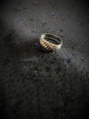 Ring i äkta silver med randigt mönster  Sterling silver.  Tydliga svenska stämplar. Kattfot och S.  Storlek: 17,5 mm