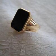 Klackring i 18Karat guld med svart onyx sten.St 19