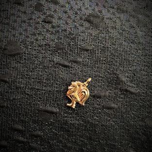 Hängsmycke i 18 karats guld. Tupp.1950talet
