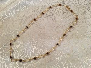 Halsband.18karat guld med odlade pärlor och äkta tigeröga. -50talet.39cm.