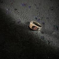 Ring  i äkta silver   Sterling silver. Kraftig modell.  Tydliga svenska stämplar. Kattfot och S.  Storlek: 18,5 mm