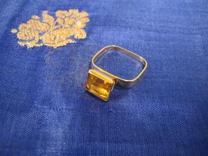 Vacker ring i 18 karat guld med citrin.Unik fyrkantig modell.