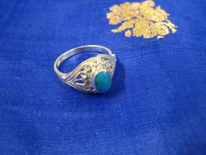 Silverring med turkos och orientaliskt genombrutet mönster.