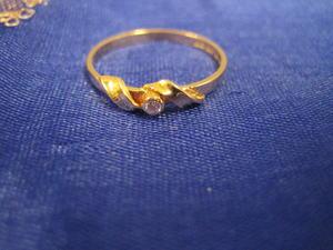 Guldring i 18 karat med zirkonia.