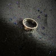 Ring i äkta silver från X9  1972 Slipat mönster. Storlek: 18  Ringens bredd: 5 mm.  Kraftig ring. Tydliga svenska stämplar, kattfot och S.