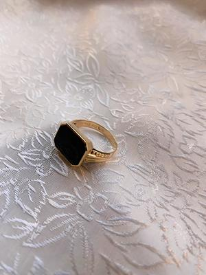 Herr klackring i 18 karat guld med svart onyx..Storlek: 18,5.1956