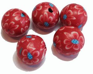 Röda fimopärlor med blommor i rött och blått, 12 mm. 5-pack.