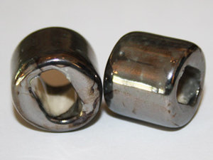 Regaliz keramikpärla i grå metallicfärg, 15*16 mm. 2-pack.