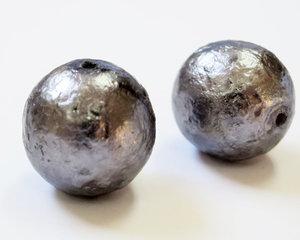 Rund mörk silvergrå knögglig 16 mm stor glaspärla. 2 st.