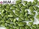 eMMA®, trekantig pärla med tre hål i färgen Pastel Olivine, 25034. 5 gram
