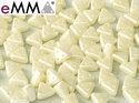 eMMA®, trekantig pärla med tre hål i färgen Pastel Light Cream, 25110. 5 gram