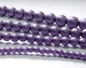 Rund druk tjeckisk pärla, Alabaster Metallic Purple, 29425. 10 mm. En längre sträng, 16 cm.