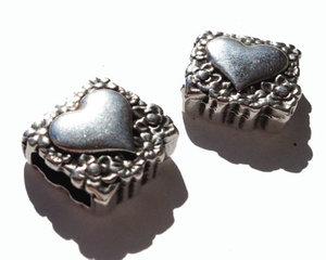 Slider med hjärta i grekisk kvalitetsmetall pläterat med 999 finsilver. Hålet mäter 10*2,5 mm.