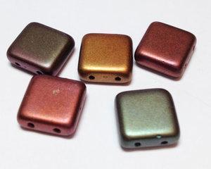 Tjeckisk 2-hålig större tilepärla i matta metallicfärger, 12*12 mm. 10-pack.