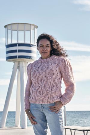 Sweater med flätor och puffärmar - Betty by Permin