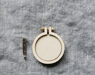 Mini embroidery hoops with brooch 4 cm from Dandelyne