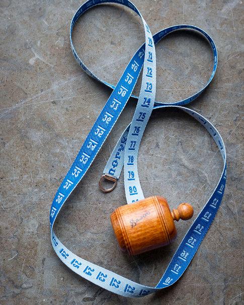 Blått måttband i vacker trähållare från Sajou