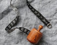 Svart måttband i vacker trähållare från Sajou