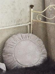 Kuddfodral runt med rynk och hålsöm i beige spets Jeanne D' Arc Living shabby chic lantlig stil