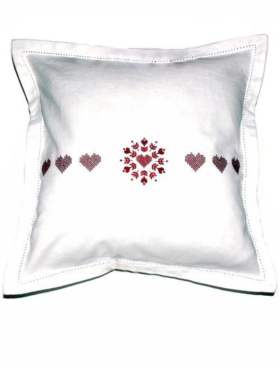 Kuddfodral vitt med röda hjärtan i korsstygn shabby chic lantlig stil