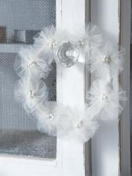 Bröllopskrans liten vit tyll pärlor shabby chic lantlig stil