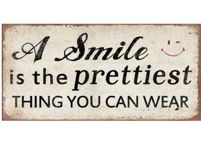 Plåtskylt med magnet  A SMILE IS THE PRETTIEST THING YOU CAN WEAR  shabby chic lantlig stil.