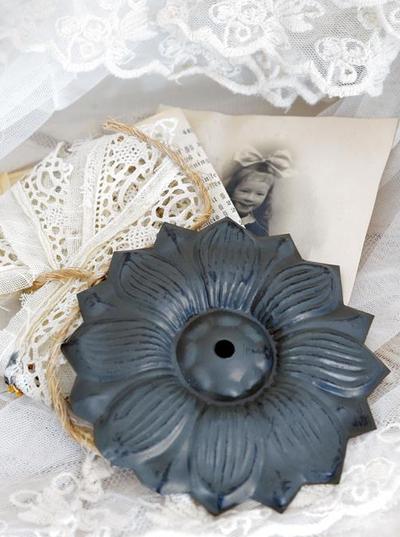 Ornament blomma antik-behandlad plåt Jeanne d´Arc Living shabby chic lantlig stil