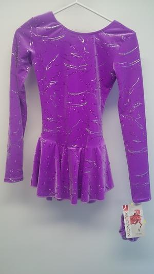 Rosalila sammetsklänning med glittermönster