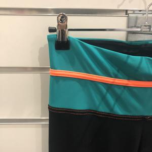 Svarta byxor med dekor i grön/orange