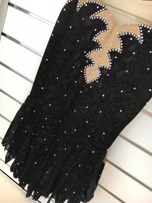svart sammetsklänning med flikig kjol