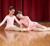 Söt dansdräkt i rosa, vitt eller ljusblått