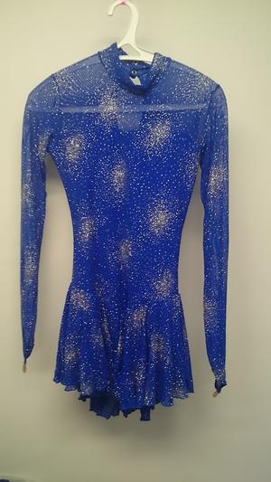 Blå långärmad klänning med kristaller från Sagester
