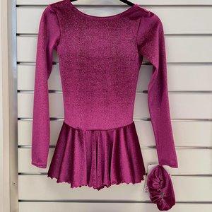 Klänning i mörkrosa glittersammet med flätmönster i ryggen