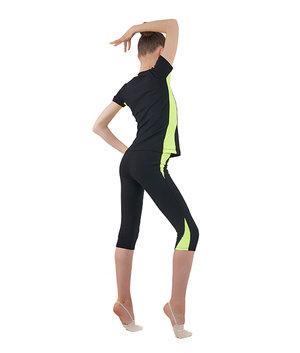 Svart t-shirt i funktionsmaterial med detaljer i rosa eller gult